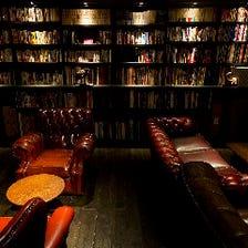 2000冊を越える書籍で図書館気分