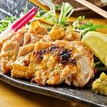 大山鶏もも肉の岩塩焼き ~大分産青粒柚子胡椒添え~