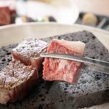熱した溶岩で焼くお肉はジューシーで噛むほどに肉汁が溢れます