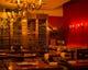 赤い壁にシャンデリア、大型ワインセラーが店内を彩ります
