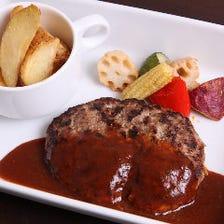 ジューシーなお肉と特製デミグラスソース