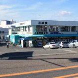 180台駐車可能な広い駐車場。1Fはお土産店になっています。