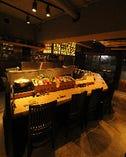 カウンター前には産直鮮魚や朝採れ野菜のショーケースが。