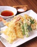 オンメニューの大エビの天ぷらや軍鶏ささみの天ぷら、その他旬の食材の天ぷらなど、揚げ物も充実。
