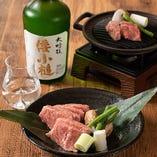 上品な旨みが味わえる黒毛和牛の陶板焼きは、日本酒との相性も抜群