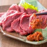 サラブレッドの品種を使った『会津馬刺し』は、一般的な脂の多い馬刺しとは異なるさっぱりとした赤身の美味しさが衝撃的♪辛味噌で食べる信州スタイルでお楽しみください。