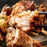 信州名物『山賊焼き(唐揚)』は、国産鶏を醤油ベースの彦酉秘伝のたれに漬け込み、特製の味付き衣にくぐらせて揚げた逸品。ふっくら柔らかな唐揚です。1個での提供ですが、サイズが大きいので2等分にしてご提供します!