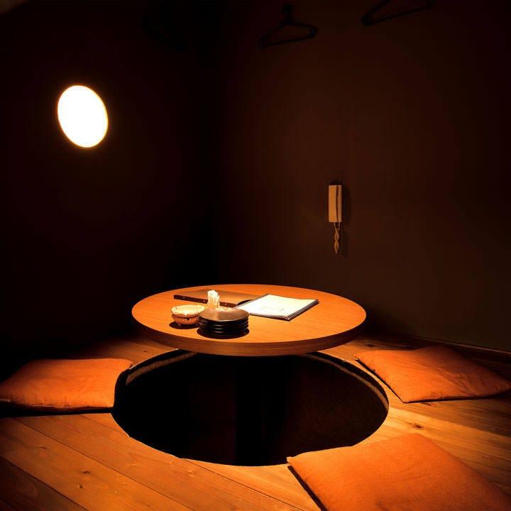 和の照明が温かく包み込む大人空間