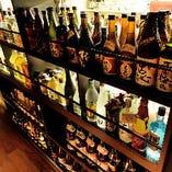 店内の廊下にはボトルが数多く飾られています