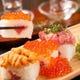 贅沢にウニ、いくら、マグロを乗せた大人気のこぼれ寿司