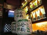 自慢の酒棚には富山の地酒 ご当地の日本酒、焼酎を揃えています