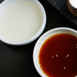 肉匠秘伝の醤油ダレと白ダレ。醤油には辛味噌、白ダレにはわさびにてのアクセントもオススメです。