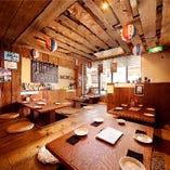 沖縄の居酒屋をイメージした木のぬくもり溢れるアットホームなご宴会席