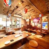 沖縄にある居酒屋をイメージした飾りとアットホームな空間