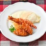 純白のハーフオムライスと海老・牡蠣フライ