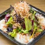 手作り豆腐が入った静岡浜松サラダ