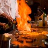 料理風景が見えるゆったりとしたカウンター席 料理人との会話もまたお食事のひとときを豊かに彩ります。