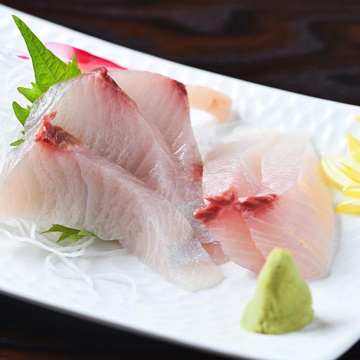 コリコリとした食感が楽しめる『カンパチの刺身』も人気の一皿