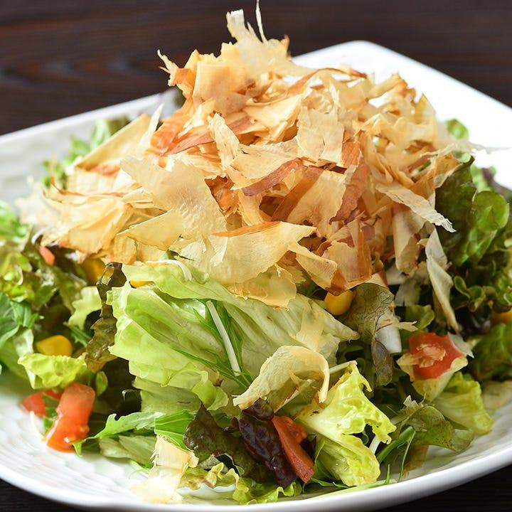 野菜と花カツオをてんこ盛りにした『和風サラダ』は、ヘルシー