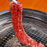 「ハラミ一枚」はさっぱりした味わいと、その柔らかさが人気のメニューです。焼きながら大きめにカットして、ダイナミックにお召し上がりください♪