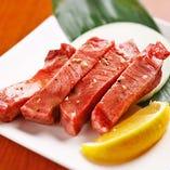 タンの美味しい部分「タン元」を、贅沢に10ミリカット。厚切りだからこそ味わえる、コリコリ感とジューシーさをお試しください。