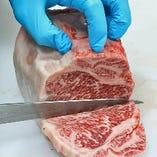 お肉は全て店内で手切り。厳選和牛や希少部位も、新鮮なままお届けいたします。