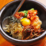 お食事メニューも豊富にご用意!アツアツなお焦げが旨い石焼ビビンパは、〆にも最適。