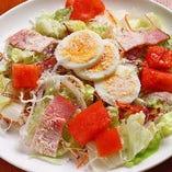 おすすめのシーザーサラダ。季節に合わせた旬の野菜が10種類入ってボリューム満点!