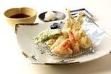 紅ズワイ蟹と北海道産わかさぎと白子の天ぷら盛り合わせ