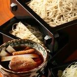 鰹節をふんだんに使用した香り高いもり汁で楽しむ自家製粉の蕎麦