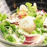 新鮮野菜と温玉シーザーサラダ