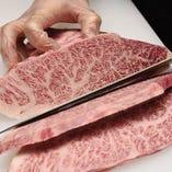 お肉を絶妙な状態で楽しんでいただくため手切りにこだわりご提供します。