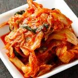 塩漬、本漬、熟成まで自社工場において全て手作りの国産野菜を使用した自慢のキムチ。