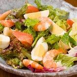 海老と貝柱と燻製玉子のガーデンサラダ