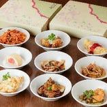 多様化宴会コースは銘々皿に取り分けて提供。急な人数変更には持ち帰り対応いたします