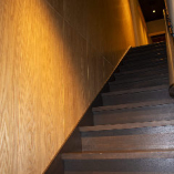 2階へは歴史を感じる階段でお上がりください