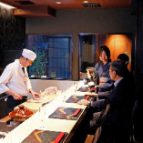 料理人の匠の技、できたての料理、京町家の坪庭をも演出として楽しめるカウンター席