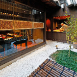 京町家をリノベーションした当店には、店舗中央に坪庭を配しています