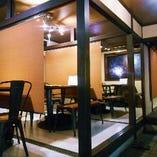 各テーブルは間隔を空けパーテーションを設置。半個室仕様