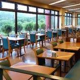 加西サービスエリアの、居心地のいい展望レストランです。