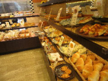 併設されたベーカリーでは、焼きたてのパンが味わえます。