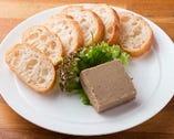 常連の舌を唸らせている「自家製レバパテ」は必ず食したい一品。