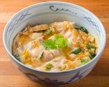 奥久慈軍鶏のすべてが詰まった「軍鶏親子丼」。〆におすすめだ。