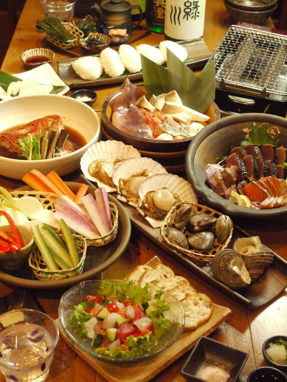 大皿が賑やかに並ぶとても元気な宴会