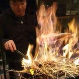 名物藁焼き!稲藁を鮮魚と一緒に燃やすことでとっても芳ばしくなり、味に深みが出ます。