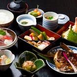 旬の食材を使用したコース料理も人気です。