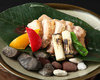 《朴葉みそ焼き》                                           焼き石の上でジュージューと焼けるお肉と朴葉の香りがたまりません           健味鶏、特選牛などお肉の種類は日によります 本日のお勧めメニューをチェック!
