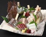 《直送鮮魚のお造り》                                        単品・盛り合わせなどございます                                 季節や入荷状況により魚種がかわります