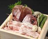 《特製 山海せいろ蒸し》                                      鮮魚と特選国産豚、季節野菜を盛り込んだせいろ蒸し                    食材の旨味をギュっと凝縮!自家製ポン酢と胡麻だれでお召し上がり下さい