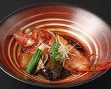 《鮮魚の煮つけ》                                           しっかりとした煮汁の煮魚は職人の技が光ります                       金目鯛など入荷に応じてリーズナブルにご提供